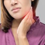 donna che soffre di torcicollo