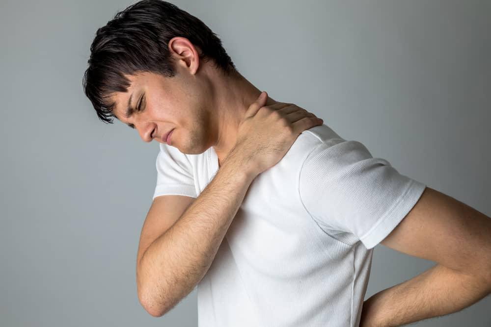 uomo che soffre di torcicollo